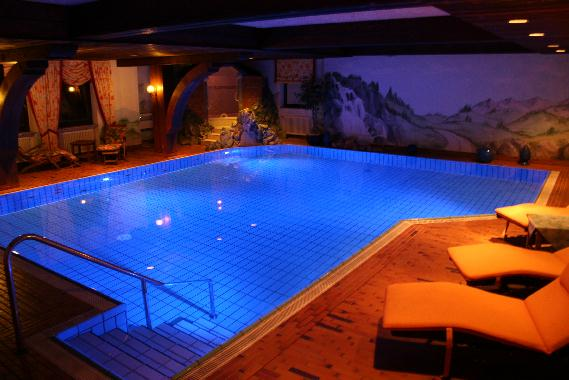 grosses hallenbad bei nacht blau beleuchtet hotel krone. Black Bedroom Furniture Sets. Home Design Ideas