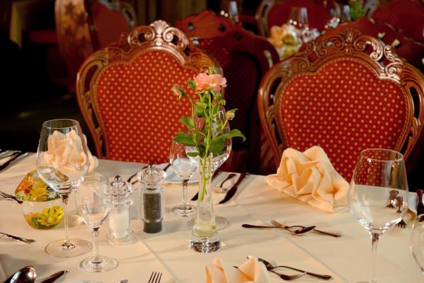der gedeckte tisch erwartet den gast zum dinner hotel krone freudenstadt. Black Bedroom Furniture Sets. Home Design Ideas